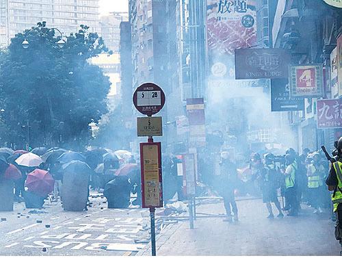 圖為警方日前強攻理大,在校園四周、尖沙咀一帶狂射催淚彈。(大紀元資料圖片)