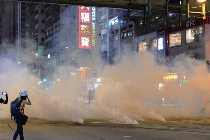 圖為警方11月2日在佈滿住宅及食肆的灣仔軒尼詩道,狂射催淚彈。(大紀元資料圖片)