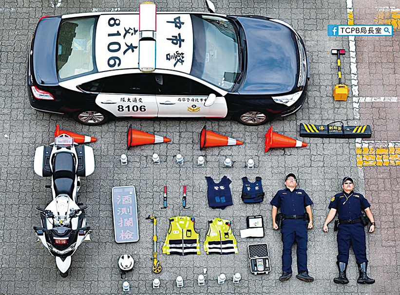 台中市警察局長粉絲專頁近期也發表了開箱照:警車上寫著中市警交大,地上還整齊地擺放了他們執勤時必備的裝備和物品。他們在FB上說:「我們同仁平常都攜帶這些裝備在各個街頭守護著。」(TCPB 局長室 Facebook)