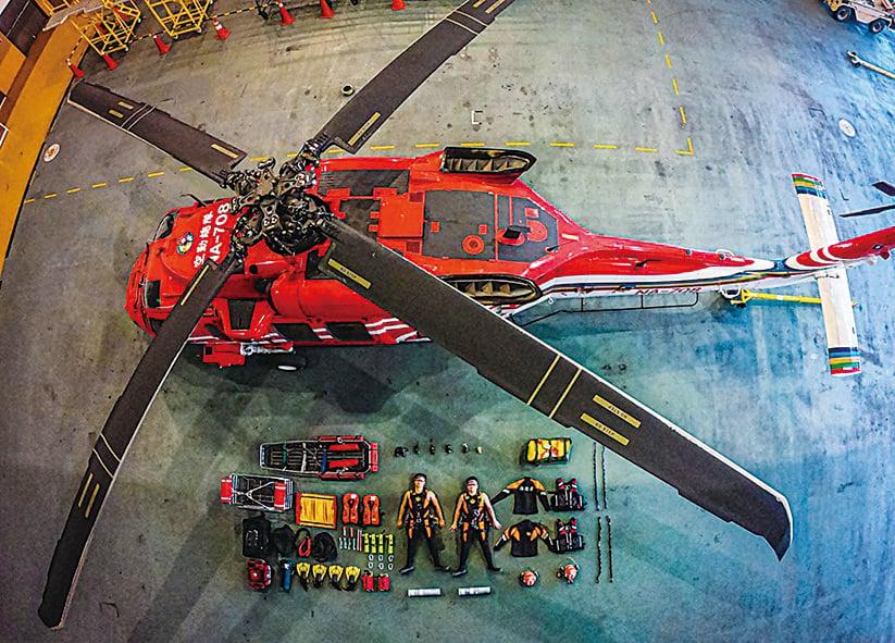 (左圖)直昇機也搬上場了,果然超強。(台灣海巡署長室 Coast Guard Facebook)