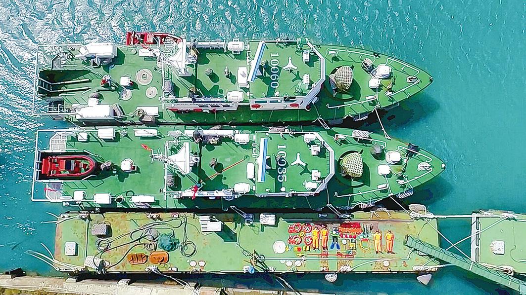 船鑑巨大,置身在旁邊,人都快要找不到了,因此被稱為最強開箱圖。(台灣海巡署長室 Coast Guard Facebook)
