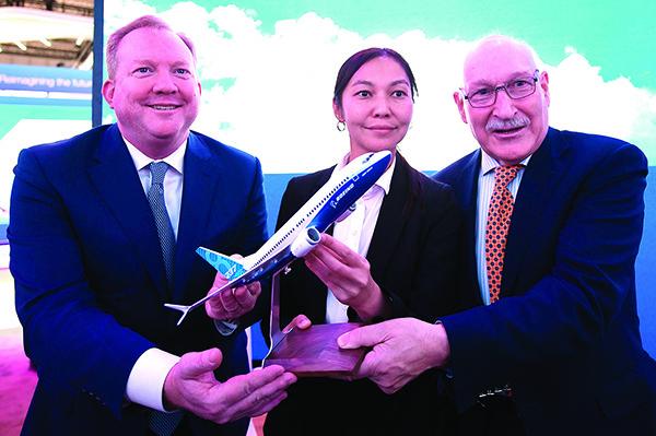 波音商務客機部門總裁狄爾(左)11 月 19 日在杜拜和阿斯塔納航空高管簽署訂單後合照。(Getty Images)