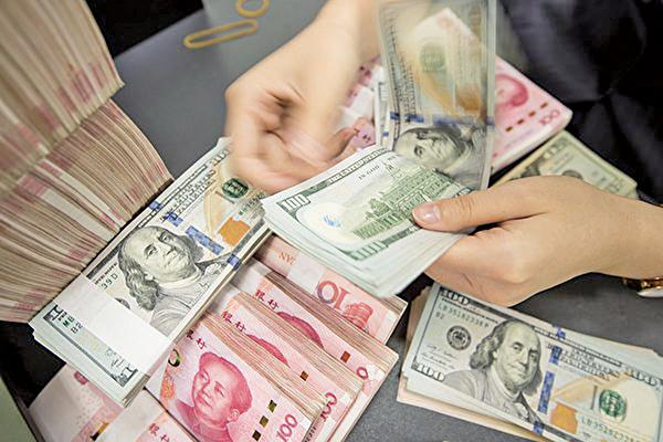 專家預測,中美貿易戰持續下去,人民幣將走貶至7.2。(STR/AFP via Getty Images)