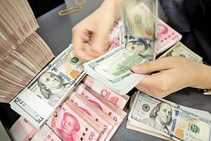 人民幣匯率創兩周最低 險跌破7.03關口