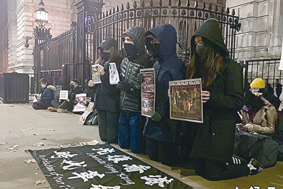 左:11月18日晚,有部分年輕學生長跪在倫敦英國首相府外,聲援香港。當時氣溫只有攝氏3度。(唐詩韻/大紀元)右:11月19日,逾百名韓國大學生在首爾中使館前為聲援香港舉行示威活動。(Getty Images)