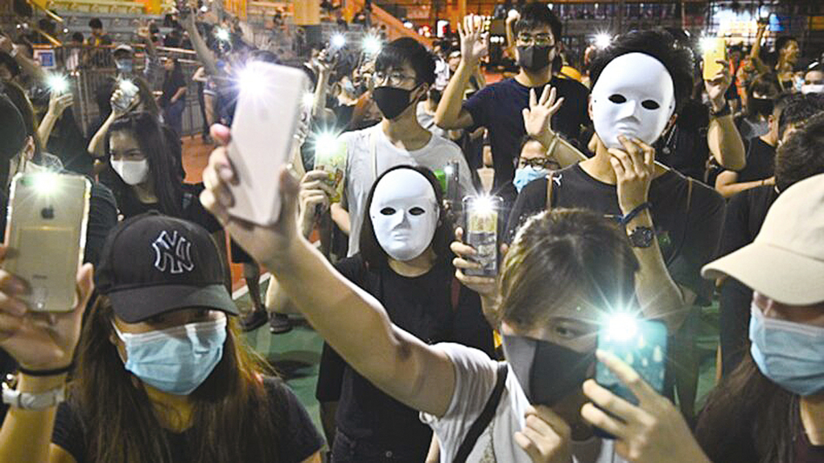 港府實施《禁蒙面法》首日,大批港人無懼被捕的危險,繼續走上街頭抗議,並呼籲舉行罷工、罷市、罷課三罷行動。(PHILIP FONG/AFP via Getty Images)