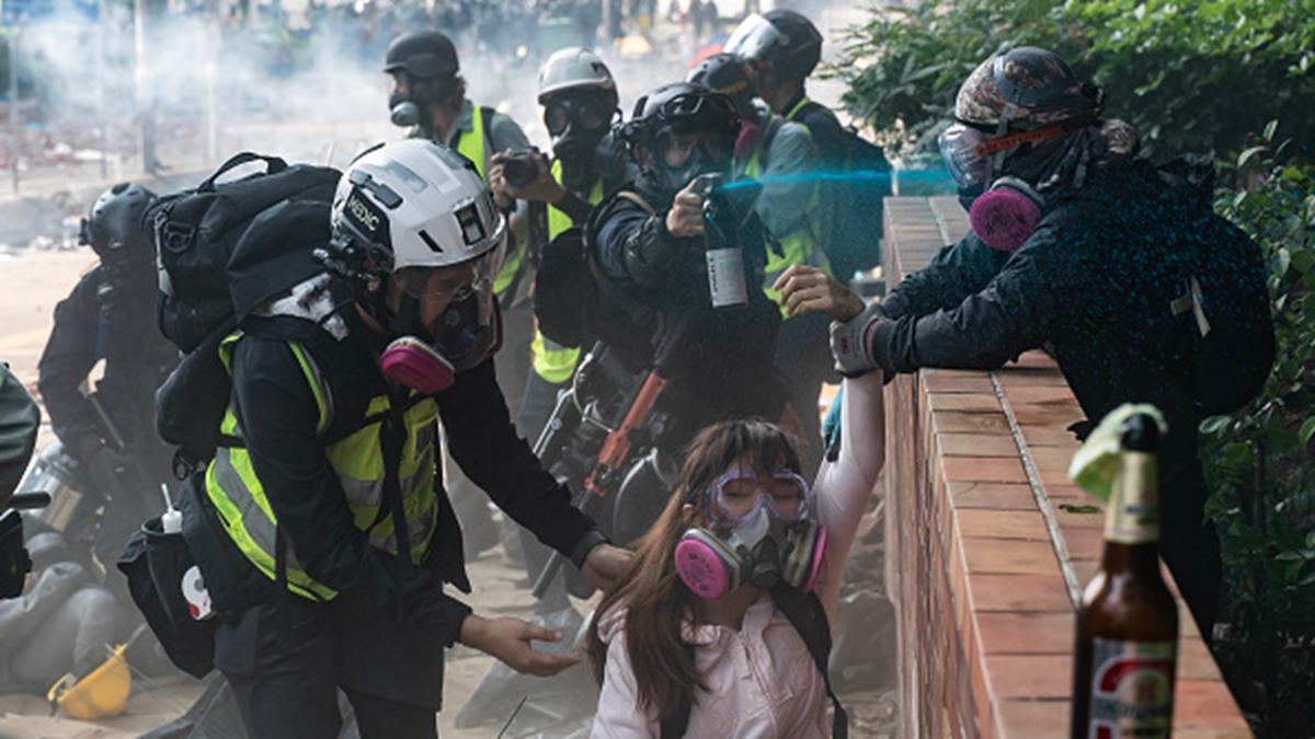 被困在理大的抗爭者突圍,被警方圍捕。(Anthony Kwan/Getty Images)