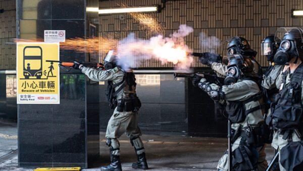 防暴警察向試圖撤離理工大學的抗爭者,發射催淚彈並開槍射擊。(Anthony Kwan/Getty Images)