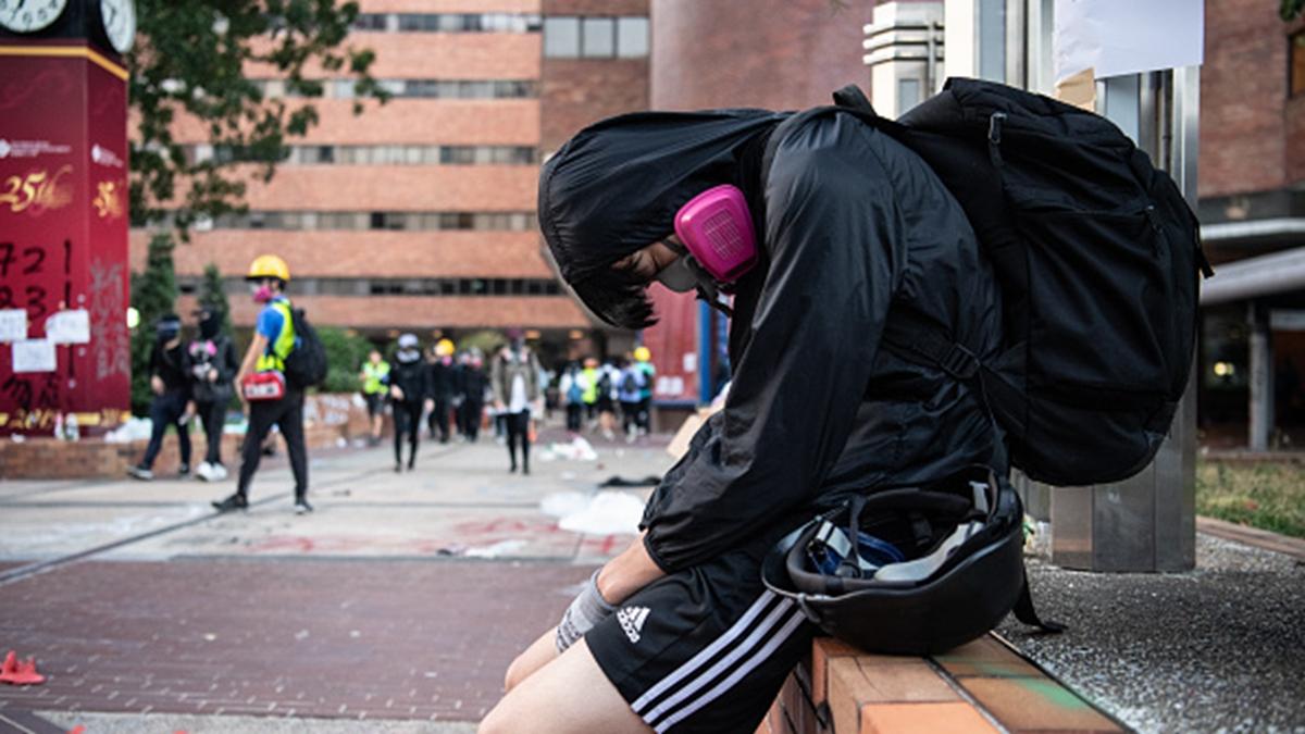 被圍困在理大校園內的抗爭者疲憊不堪,然而抗爭還沒有結束。(Laurel Chor/Getty Images)