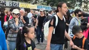 港七歲女童集會領喊口號 罵林鄭是細菌魔王