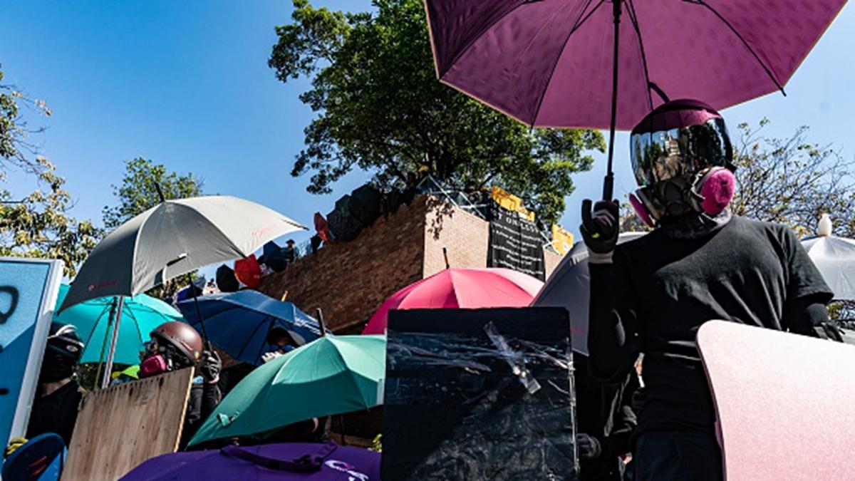 駐守在理大的抗爭者與警方對峙的場景。(Anthony Kwan/Getty Images)