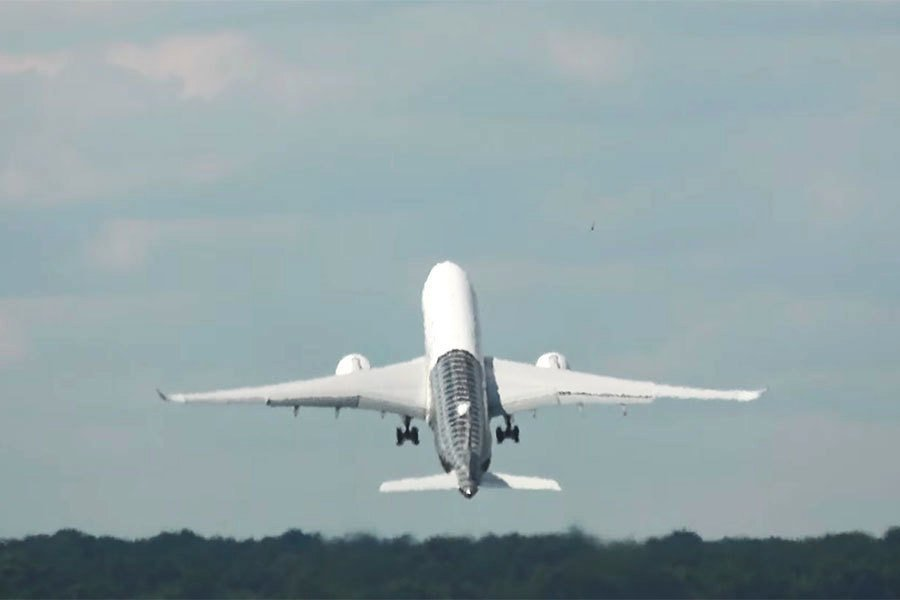 空巴A350垂直升空 航空迷大呼過癮