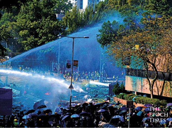 警方由17日起圍堵理大校園,圖為17日警方向理工大學發射水炮。(大紀元資料圖片)