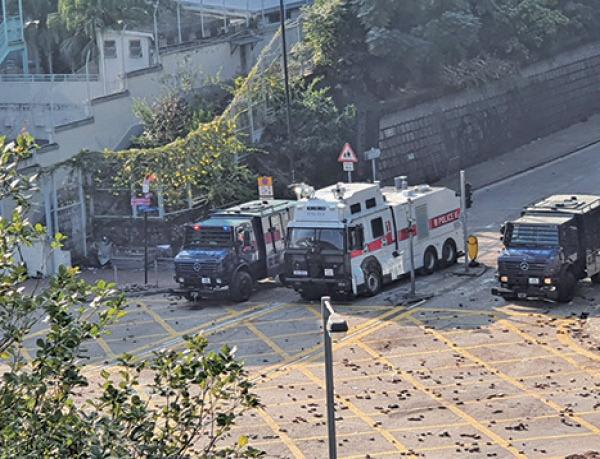 警方17日圍堵理工大學時首次出動裝有聲波炮的裝甲車(左)。(大紀元資料圖片)
