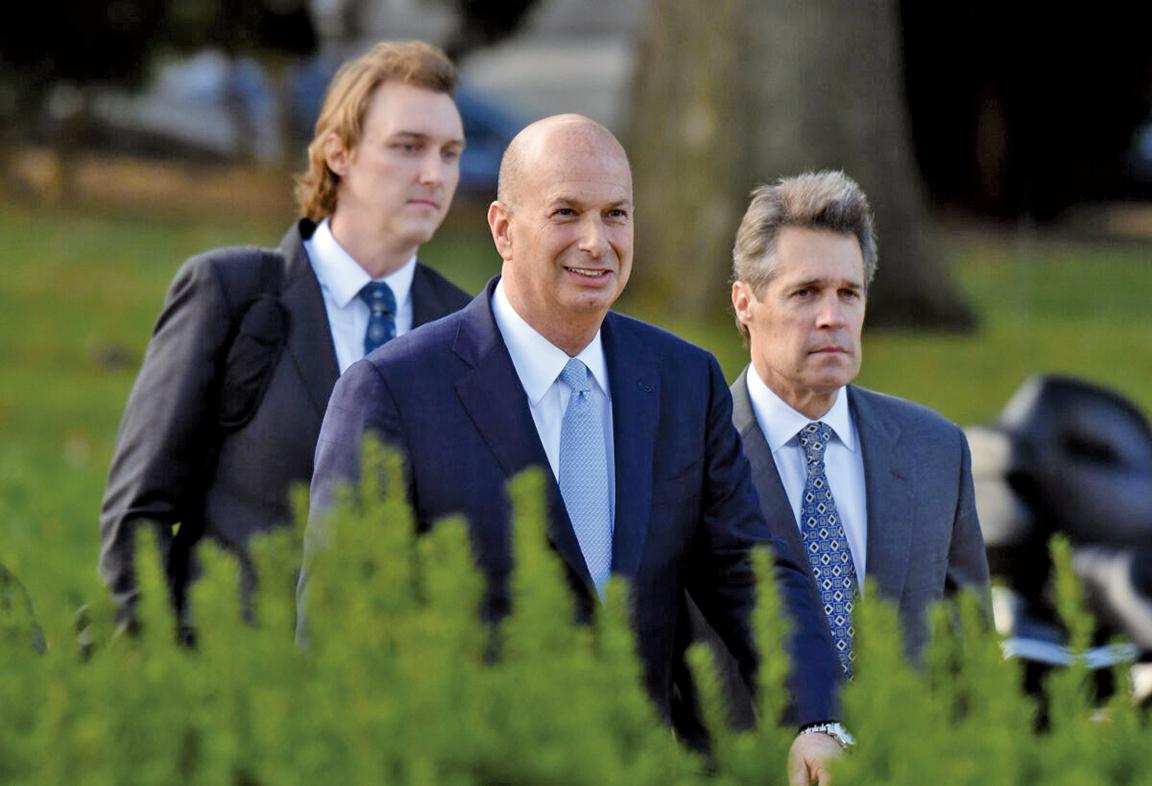10月17日,美國駐歐盟大使桑德蘭(Gordon Sondland,中)抵達華盛頓的國會大樓。(AFP)