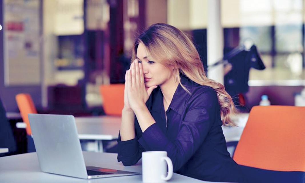 雖然工作壓力確實是一種情緒反應,但卻不僅僅是由困難環境所造成的,更準確地描述它們應是觸發器,觸發人的想法,最終導致情緒反應和由此產生的壓力。(FS Stock/Shutterstock)