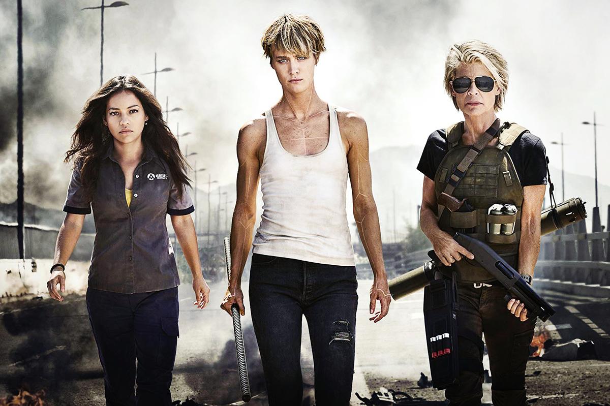 女主角丹妮(左)遭大反派「終結者Rev-9」襲擊,強化人姬絲(中)及傳奇女英雄莎拉康納(右)相繼出手救援。