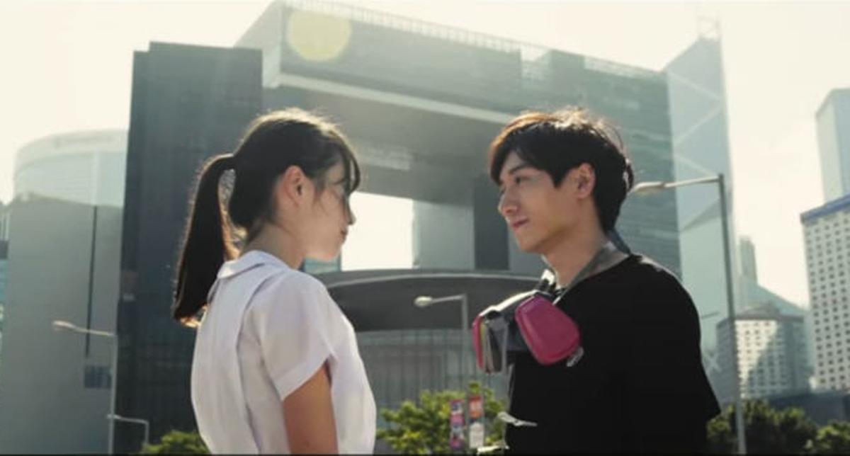 《煲底之約》MV劇情,周庭飾演的女主角與抗爭者在煲底相見,幫對方脫下面罩。(影片截圖)