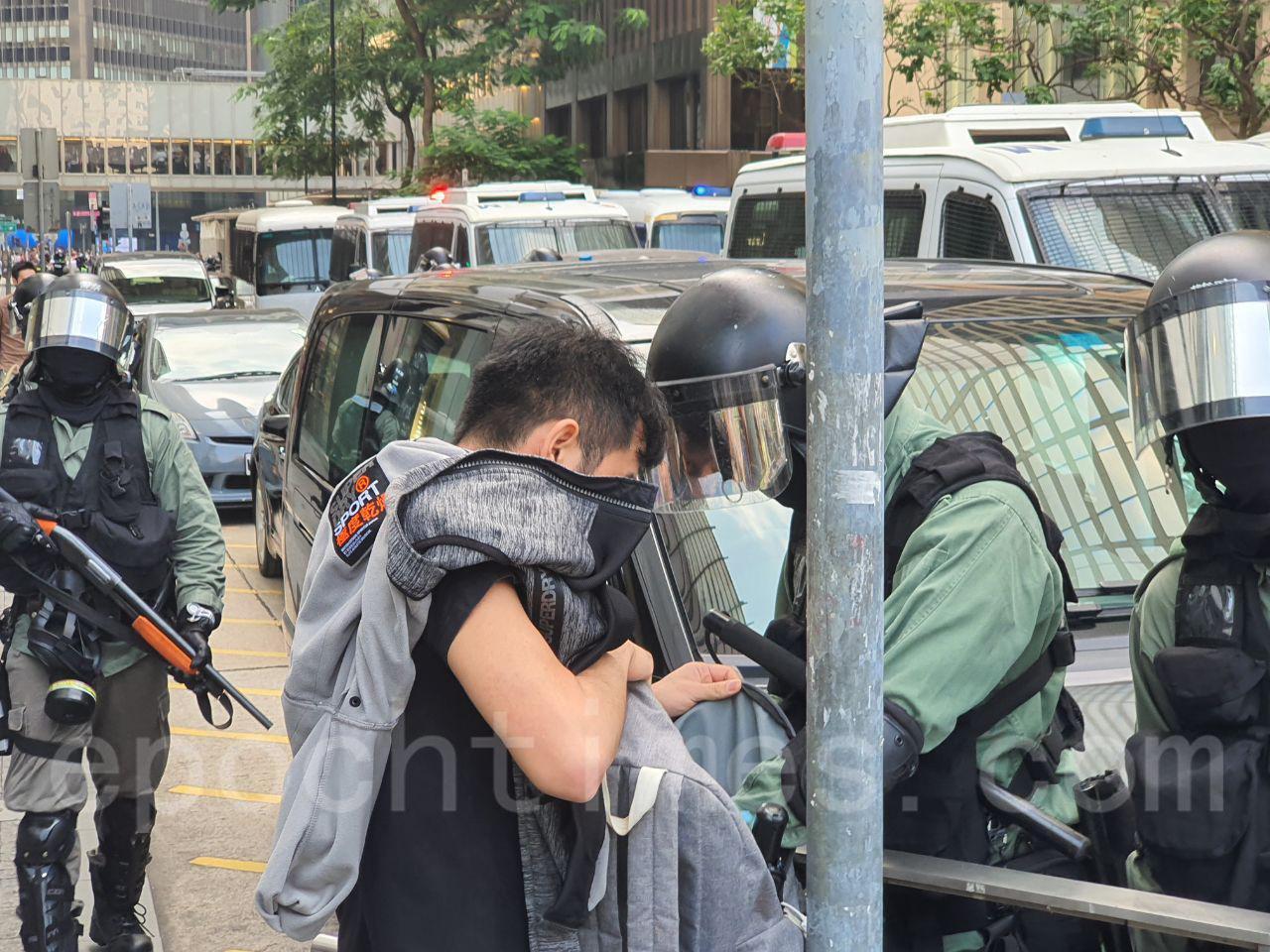 11月14日香港市民各區發生三罷活動,防暴警四處截查、抓捕路人。圖為防暴警在中環截查市民。(孫明國/大紀元)