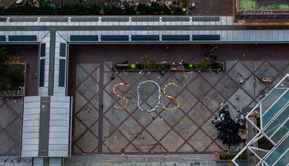 拍攝於2019年11月21日的照片顯示,香港理工大學已人去樓空,校園內仍可看到抗議者離開前留下的SOS標誌。(Billy H.C. Kwok/Getty Images)