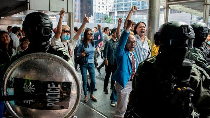 中共所謂「止暴制亂」的做法,反而令香港抗爭者越抓越多。(NICOLAS ASFOURI/AFP via Getty Images)