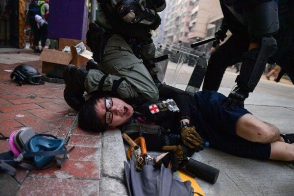 10月1日,警方向示威者發射海量催淚彈,至少拘捕269人,開6槍,104人被打傷。(NICOLAS ASFOURI/AFP/Getty Images)