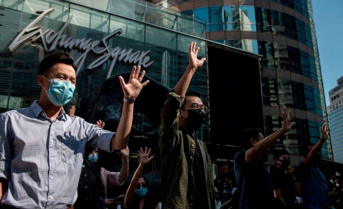香港中部2019年11月22日中午,有大批辦公室白領職員聚集在中環參加了午休集會,他們舉起張開五指的手掌表示支持民主抗議者的五大訴求。(NICOLAS ASFOURI/AFP via Getty Images)