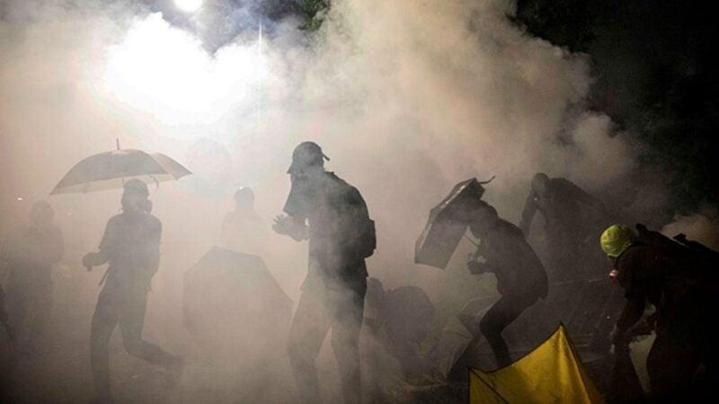 6個多月來,港警狂射上萬枚催淚彈,香港民眾深受其害。(DALE DE LA REY/AFP via Getty Images)