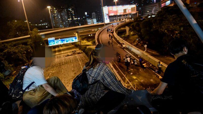 一名從天橋爬繩而下成功突圍理大女孩,向外界講述了當時的抗爭內情。(YE AUNG THU/AFP via Getty Images)