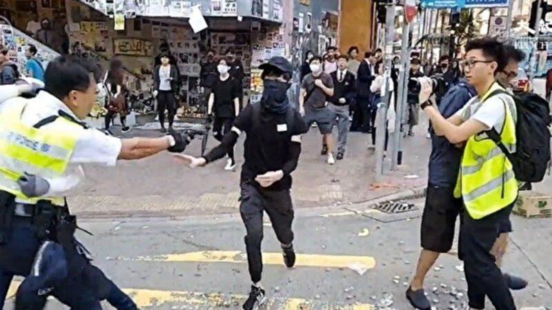 在西灣河警員關家榮向手無寸鐵抗爭者開3槍造成2人流血倒地。(影片截圖)