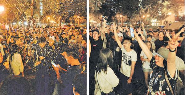 屯門的市民在得知道何君堯落敗後開香檳慶祝(宋碧龍/大紀元)