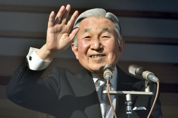 日本政府正研議安排日本皇太子德仁於2019年1月1日繼位為新日皇,同天起改成新年號。若按此方案,目前的日皇明仁將於2018年12月31日退位。(AFP PHOTO / KAZUHIRO NOGI)