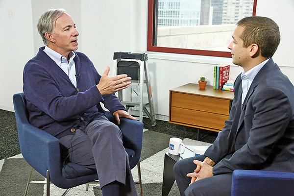 美國億萬富翁、全球最大對沖基金共同創始人達里歐(Ray Dalio)(左)。(AFP)
