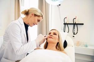 注射肉毒桿菌素有風險嗎?  愛美人士術前停、看、聽  別掉入非法醫美陷阱