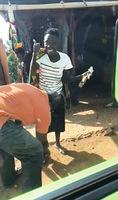 生平第一次穿鞋 烏干達婦女高興得手舞足蹈