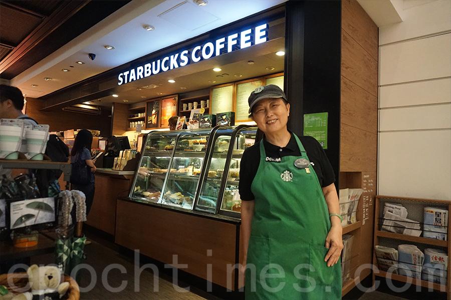 黃美蓮已經退休,在一間咖啡店做兼職,她禮貌的態度獲得不少好評。(曾蓮/大紀元)