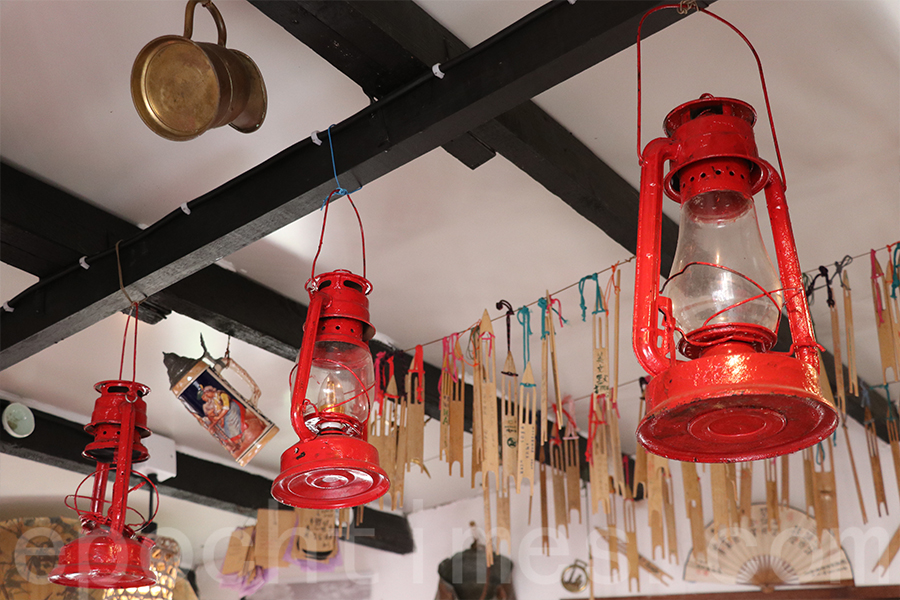 「三盞燈」棚屋內的燈飾。(陳仲明/大紀元)