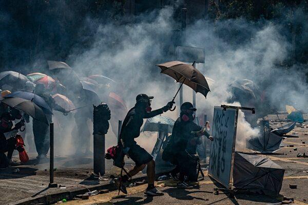 2019年11月17日,香港理工大學成為抗爭戰場,現場彈如雨下,宛如戰場。(Anthony Kwan/Getty Images)