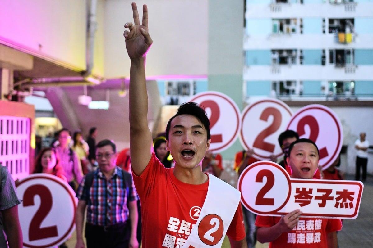 在反送中運動大潮下,11月24日香港區議會選舉投票率達71.2%,投票人數達294萬,創香港選舉史上新高。民主派在今屆選舉中大獲全勝,尤令人矚目的是活躍於反送中運動的民主派、前學生領袖及首次參選的民主派素人全部突圍勝出。圖為民陣召集人岑子杰當選沙田瀝源區議員。(Getty Images)