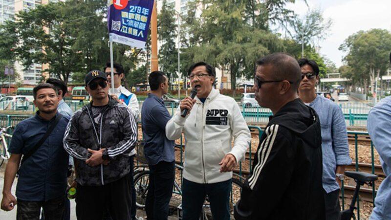 香港建制派議員何君堯(中)24日在區議員選舉中大敗,民眾開香檳慶祝。(Billy H.C. Kwok/Getty Images)