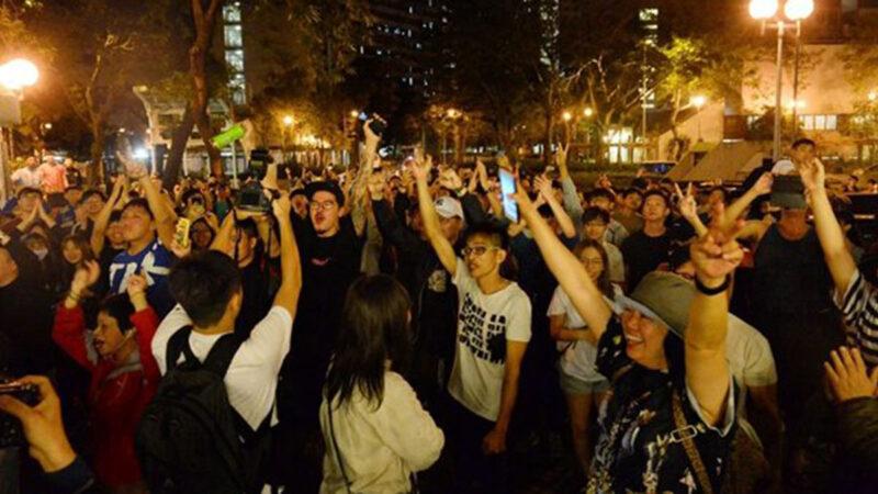 民主派在本屆選舉中大獲全勝,民眾們在街頭熱烈歡呼慶祝。(大紀元)
