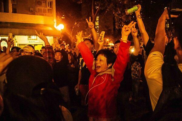 民主派在本屆選舉中大獲全勝,民眾們在街頭熱烈歡呼慶祝。(Billy H.C. Kwok/Getty Images)