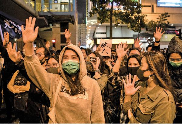 由昨日下午開始,在理大附近的科學館道一帶街道上,有大批市民聚集,不斷高叫包括「五大訴求,缺一不可」等口號。(DALE DE LA REY/AFP via Getty Images)