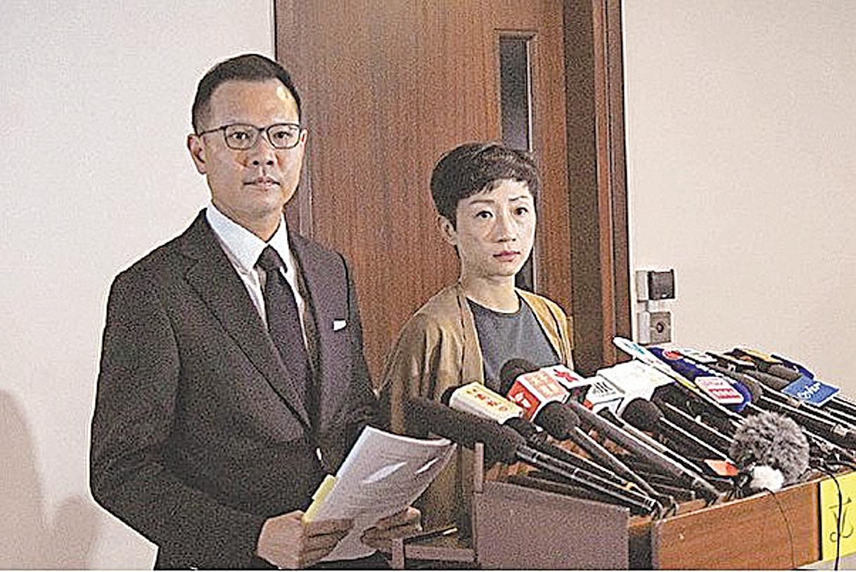 高院18日裁定《禁蒙面法》違憲,郭榮鏗(左)呼籲政府不要上訴,又要求立即撤銷所有根據《禁蒙面法》起訴的案件。(公民黨提供)