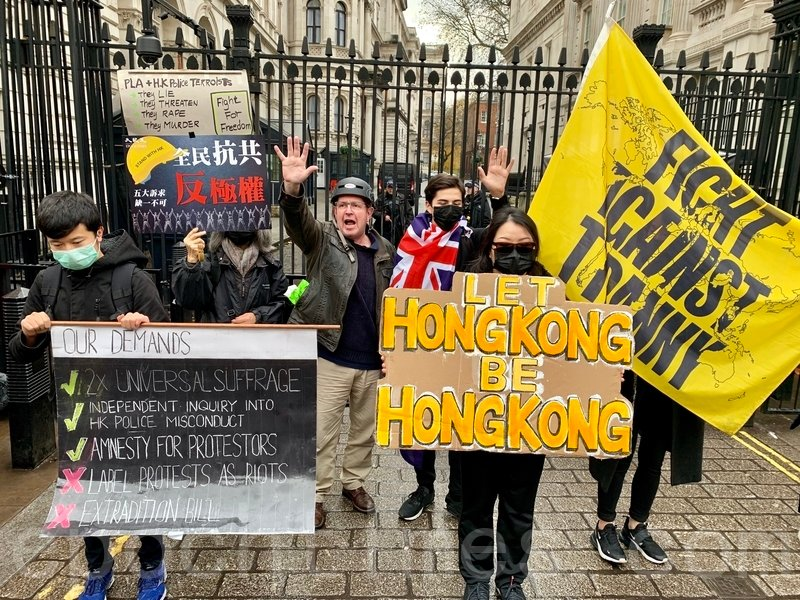 11月23日,約1,500名港人於西敏寺外Parliament's Square集合遊行前往唐寧街10號。(唐詩韻/大紀元)