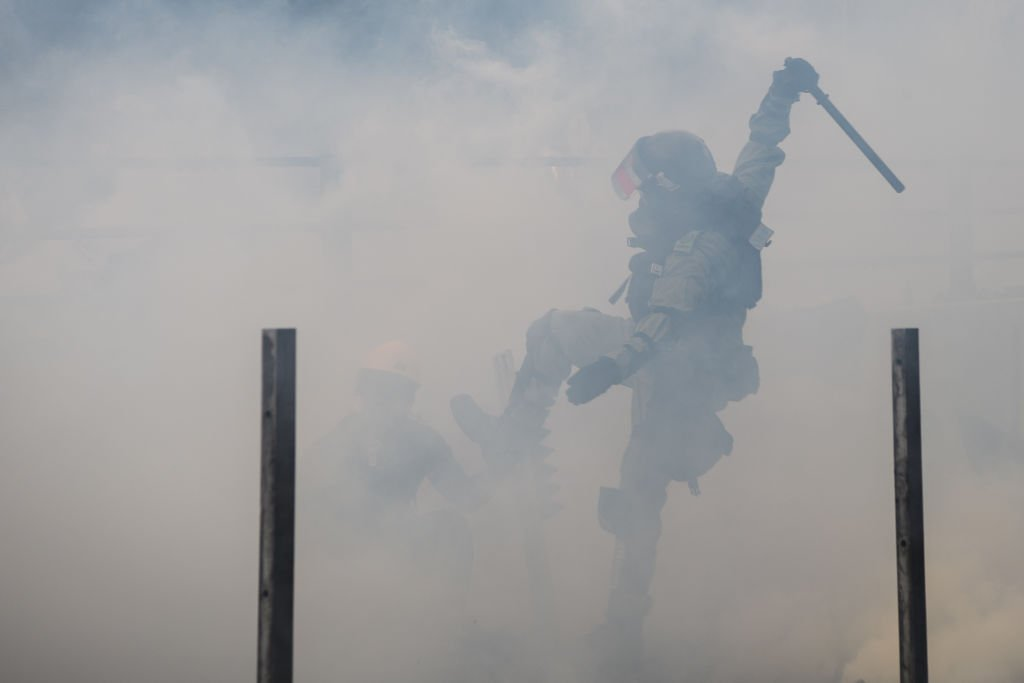 圖為,2019年11月18日,香港警察在紅磡武力鎮壓抗爭者。(ANTHONY WALLACE/AFP via Getty Images)