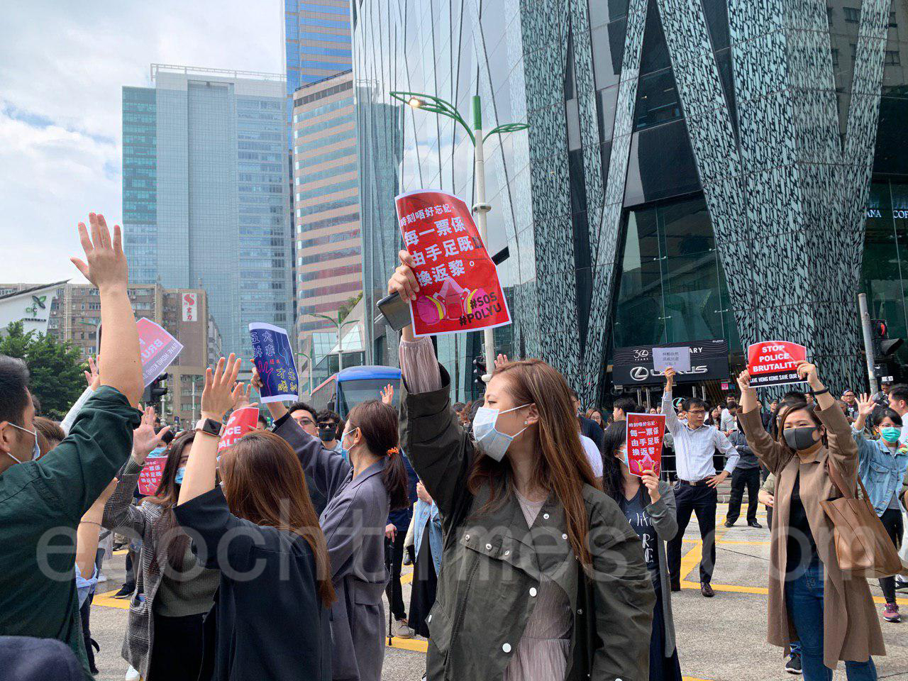 26日午時左右,中環上班族發起「和你lunch」行動聲援理大抗爭學生。(韓納/大紀元)
