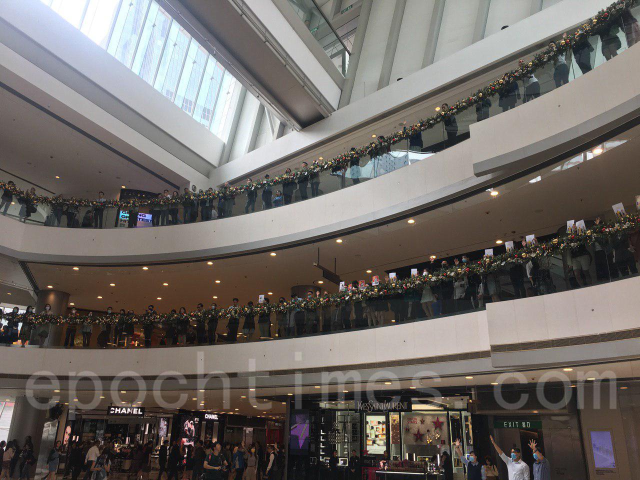 26日午時左右,中環上班族發起「和你lunch」行動聲援理大抗爭學生。圖為中環IFC。(陳泓銘/大紀元)