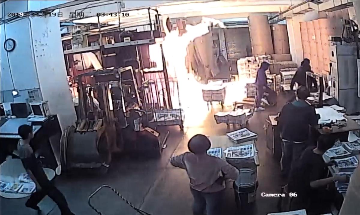 19日凌晨3:50左右,4位蒙面男子闖進承印大紀元報紙的印刷廠縱火。(影片截圖)