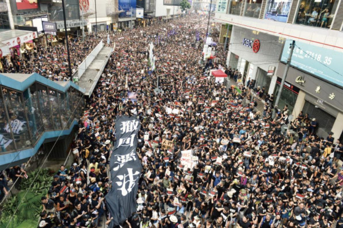 香港特首林鄭月娥15日宣布暫緩修訂《逃犯條例》後,民主派議員表明不接受,16日再發起遊行,2百萬人參與,人數空前。(大紀元資料庫)